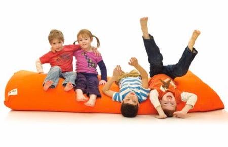 ヨギボーソファで遊ぶ子供たち