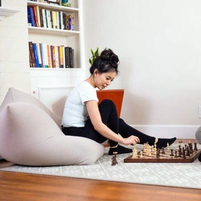 ヨギボーミニに座る女性