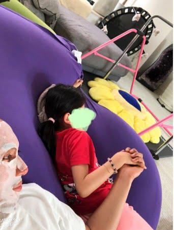 市川海老蔵さんの娘さん、れいかちゃんがヨギボーダブルで寝る