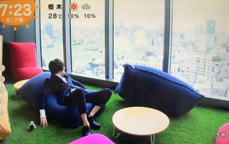 オフィスでヨギボーソファエイベックスで伊野尾慧がレポート