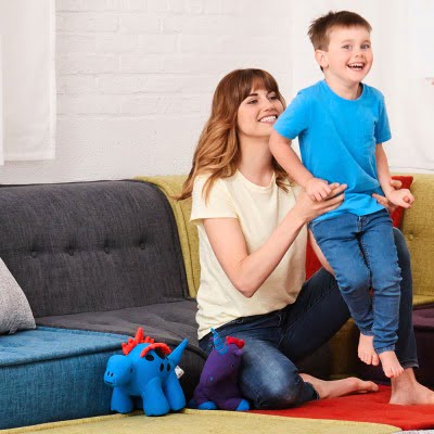 ヨギボーメイトのディノとユニコーンで遊ぶ子供