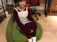 ドラマ「ケンジとケイジ」でヨギボーソファに座る比嘉愛未