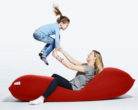 ヨギボーマックスで遊ぶ母親と子供