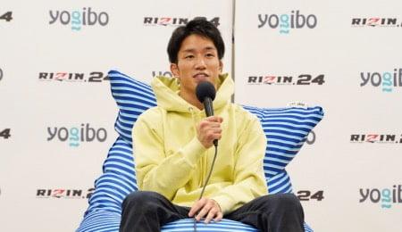 格闘家朝倉海選手がヨギボーズーラマックスで試合後のインタビューを受ける