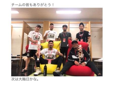 武田光司さんが試合に勝ってヨギボーソファに座る様子