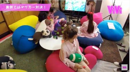 ViVi Fes LIVEの控え室でヨギボーソファに座ってゲームを楽しむモデルたち