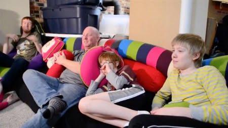 自閉症の子供がいる家族が家族みんなでヨギボーを楽しむ様子
