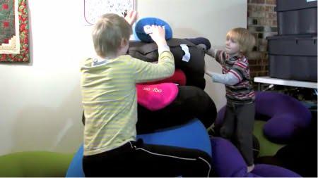 自閉症/感覚処理障害を持つ子供がヨギボーで遊ぶ様子