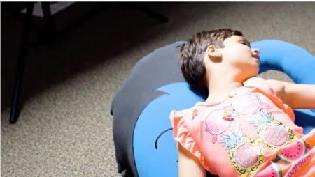 自閉症の子供がヨギボーのハギボーでくつろぐ様子