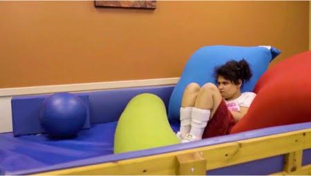 自閉症の方が実際にヨギボーでリラックスしている様子