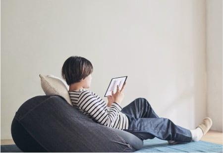 タブレットや読書の時間に無印良品「体にフィットするソファ」
