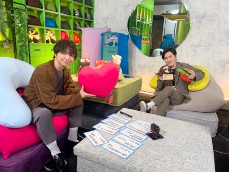 清塚信也さんと三浦大知さんがダメになっているヨギボーソファ(ヨギボーミニ・ヨギボーサポート・モジュソファ)